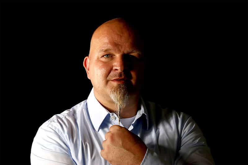 Profilbild Hypnoselehrer Andreas Ermertz vor schwarzem Hintergrund
